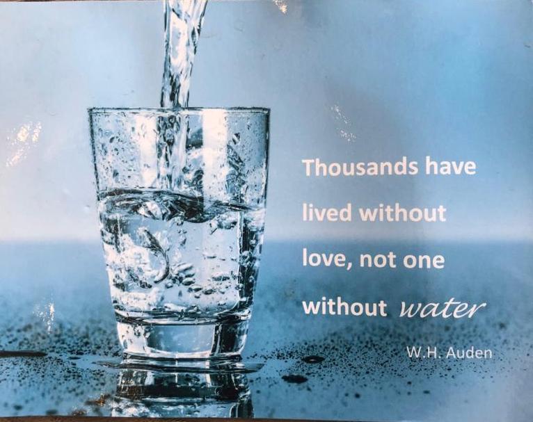Glas water wordt ingeschonken met tekst ernaast